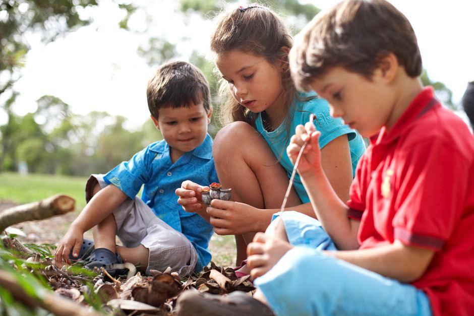 gyerekek a szabadban játszanak
